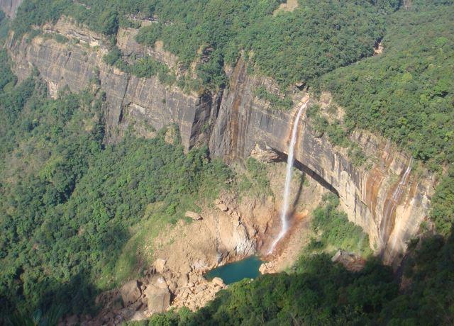 Vodopad_Nohkajlikaj_javljaetsja_samym_vysokim_vodopadom_v_Indii