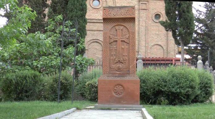 Hram-Nor-Jechmiadzin-podhod-k-kotoromu-ukrashaet-kamen-Krest