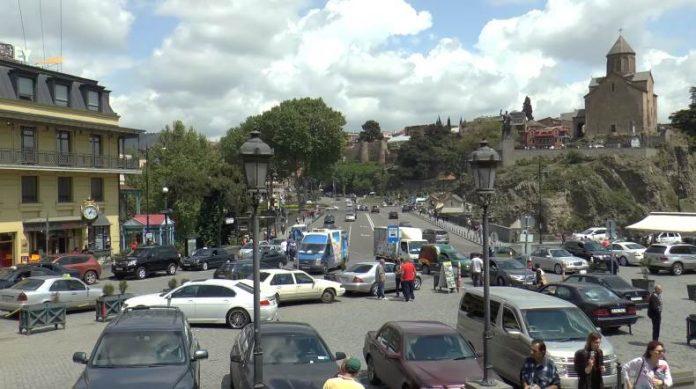 Serdce-starogo-Tbilisi-ploshhad-Mejdani-pjanenkaja-bashenka-s-chasami