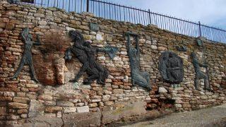 Скульптурные рельефы украшают тропу к краю обрыва