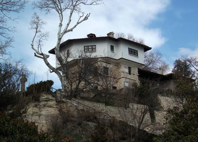Tradicionnaja-arhitektura-poberezhja-Chernogo-morja-v-Balchike-Bolgarija